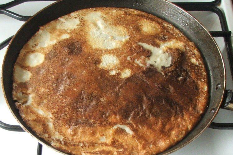 Prajire aluat de clatite pentru pane'-uri din clatite umplute cu carne si cas afumat.