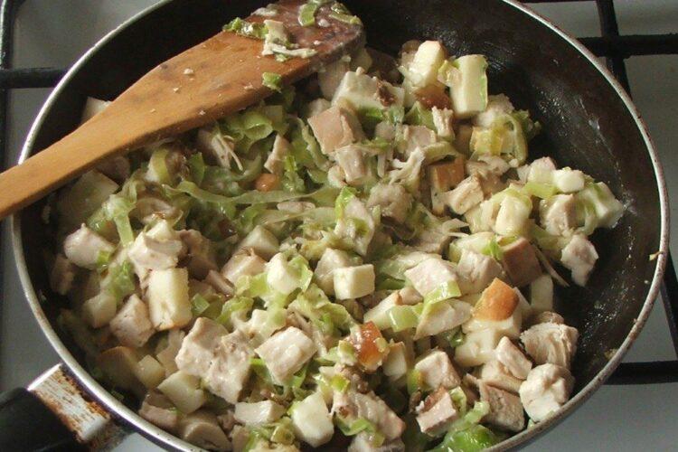 Carnea se adauga peste prazul calit, amestecat cu smantana pentru pregatire umplutura la pane'-uri din clatite umplute cu carne si cas afumat.