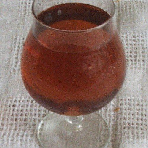 Vinul casei din smochine servit la mancare de prune si praz cu pulpe de gaina.