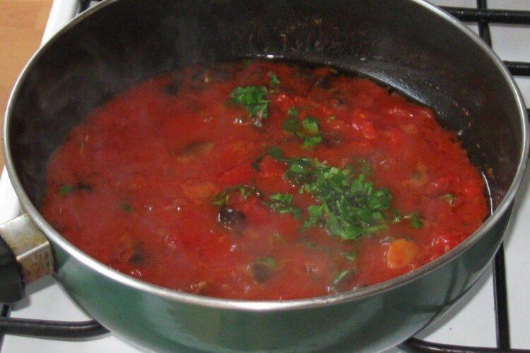 Pregatire sos de rosii si ciuperci pentru pastele folosite la cotlet de platica la gratar cu paste fainoase, ciuperci si piersici.