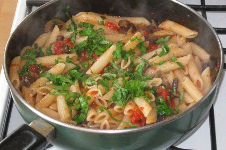 Paste fainoase cu ciuperci gata pregatite pentru cotlet de platica la gratar cu paste fainoase, ciuperci si piersici.
