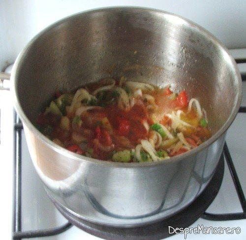 Pregatire sos cevamai gros din legume pentru mancare de prune si praz cu pulpe de gaina.