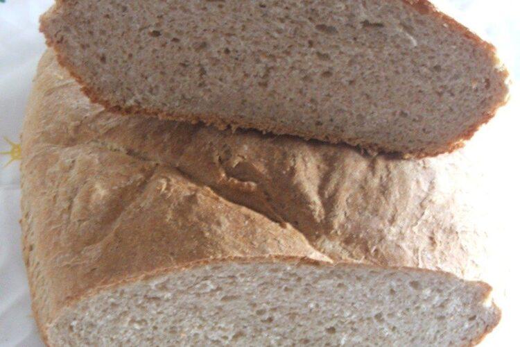 Paine de casa la cuptor servita cu mancare de prune si praz cu pulpe de gaina.