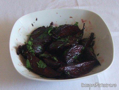 Salata de sfecla rosie pentru platica cu legume, la cuptor.