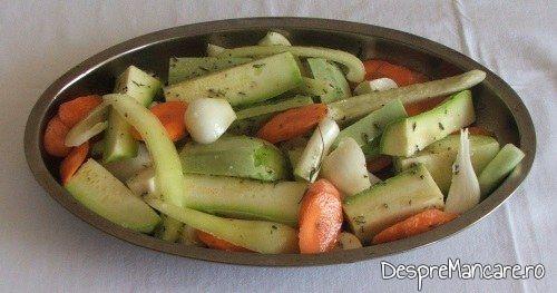Legume asezonate si tavalite prin amestec de ulei de masline si zeama de lamaie pentru platica cu legume, la cuptor, altfel.