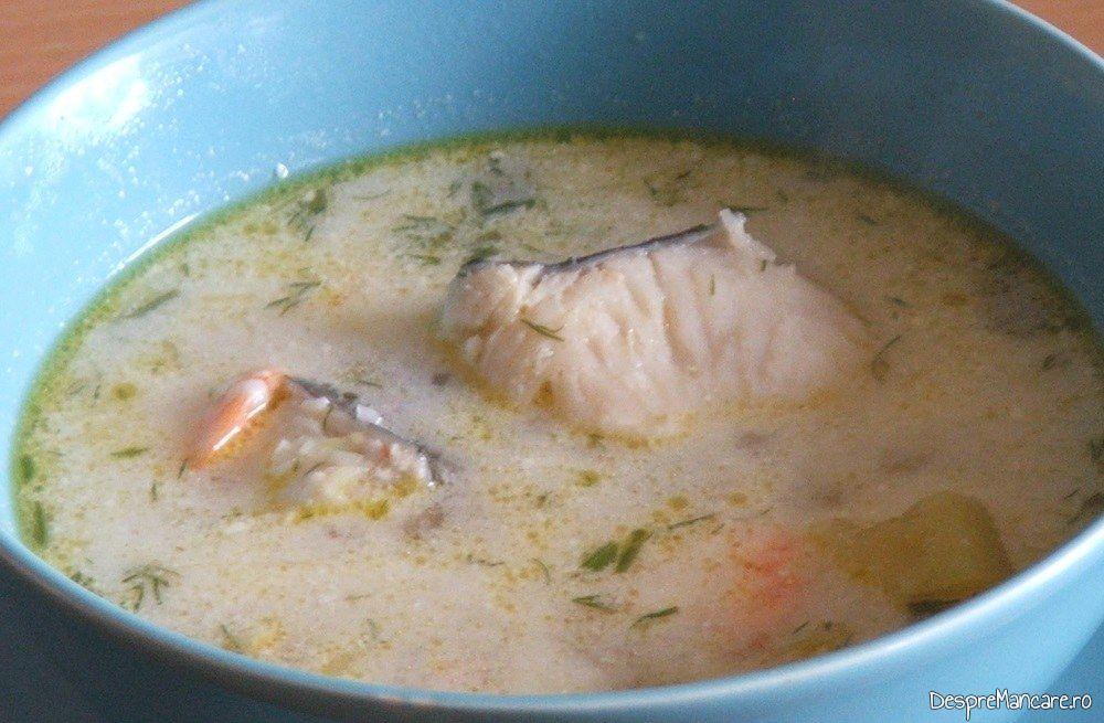 Supa mediteraniana cu fructe de mare si peste servita in boluri adanci.