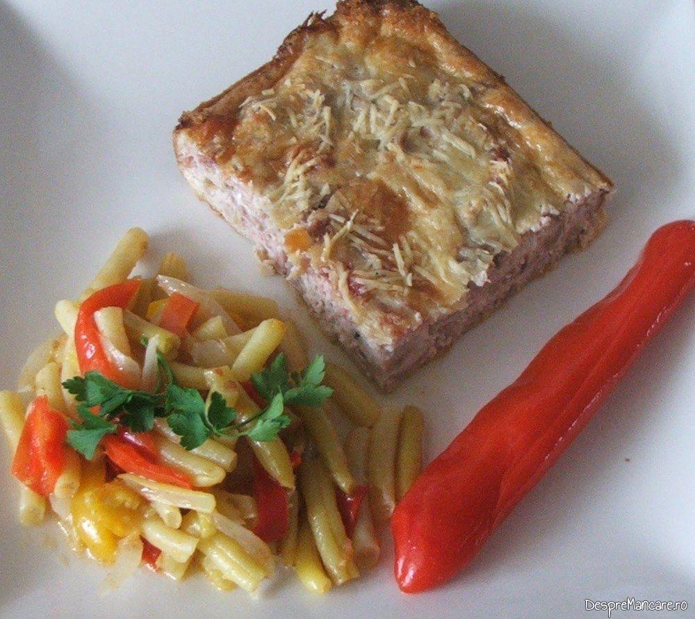 Creier de porc cu porcarele, cascaval si parmezan, la cuptor, servit cu garnitura de fasole galbena.