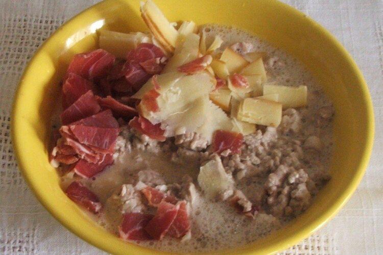 Ingrediente gata pregatite, amestecate, pentru creier de porc cu porcarele, cascaval si parmezan, la cuptor.