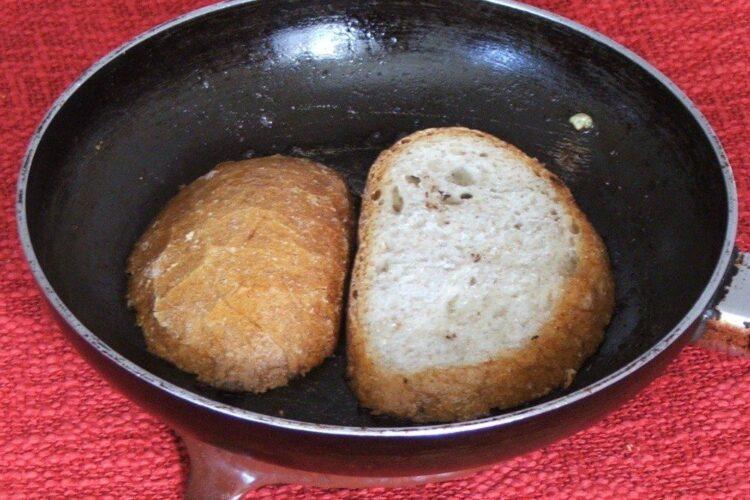 Prajire felii de paine in grasime de peste.