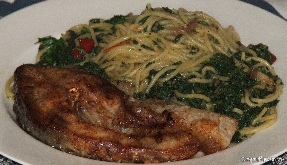 Spaghete cu sos de urzici si peste prajit.