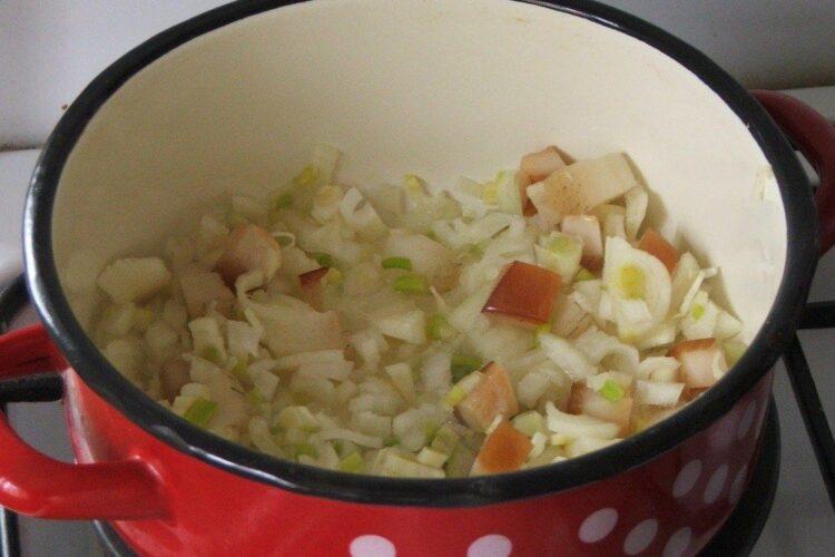 Calire ceapa, usturoi si sunca afumata pentru spaghete cu sos de urzici si peste prajit.