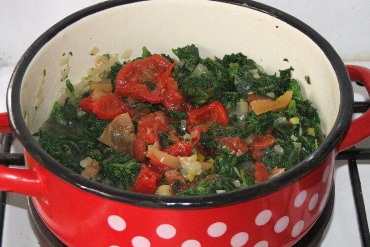 Calire urzici pentru pregatire sos la spagheti cu sos de urzici si peste prajit.