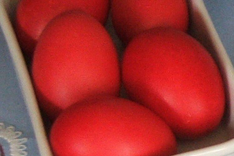 Oua rosii vopsite pentru sarbatoarea pascala.