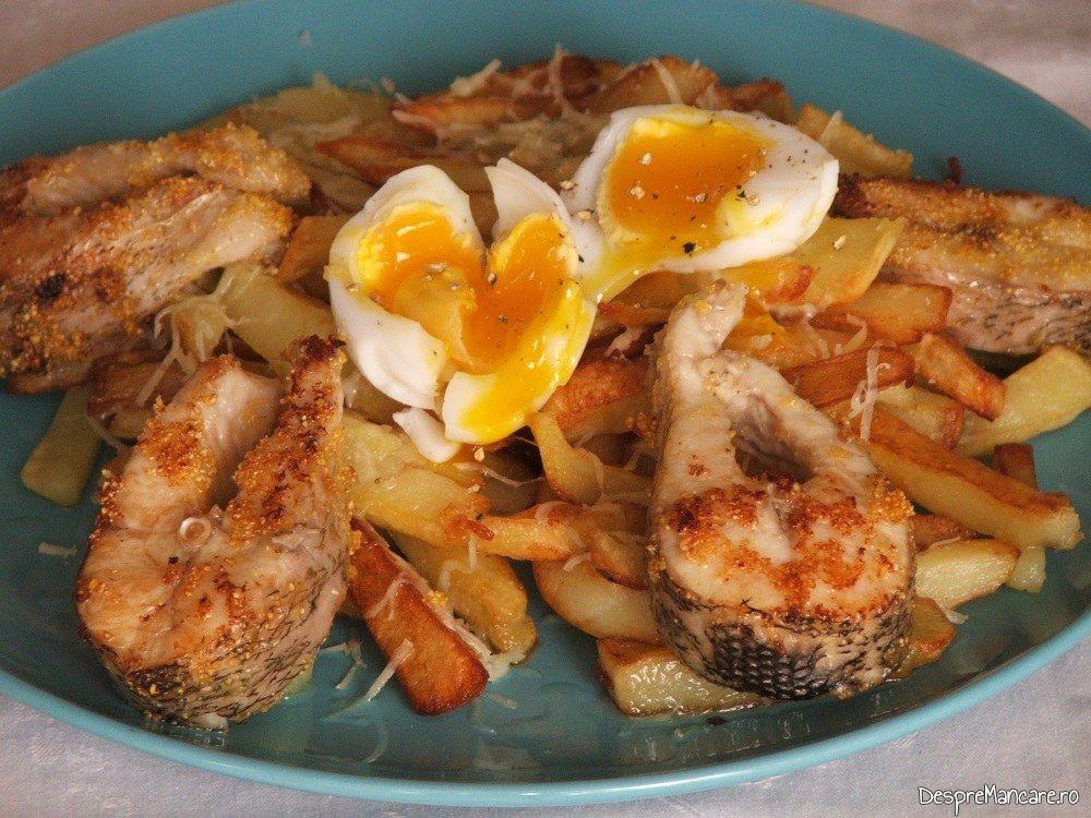 Platica la tigaie cu cartofi prajiti si ou de rata.
