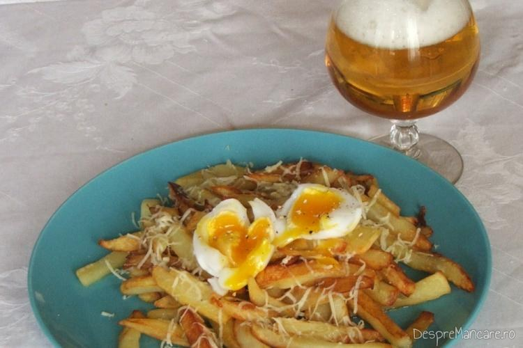 Cartofi prajiti cu ou de rata fiert moale, deasupra.
