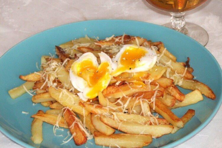 Cartofi prajiti serviti cu ou de rata, fiert moale.
