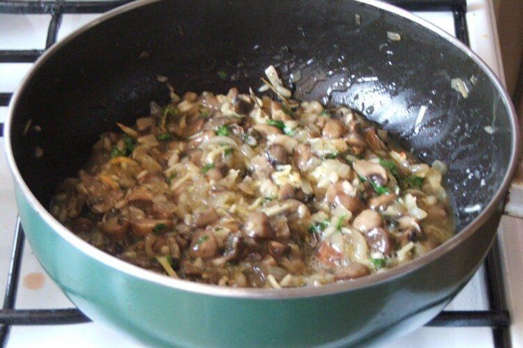 Umplutura din ciuperci, orez, oua batute si cascaval afumat este gata pregatita pentru a se umple cannelloni.