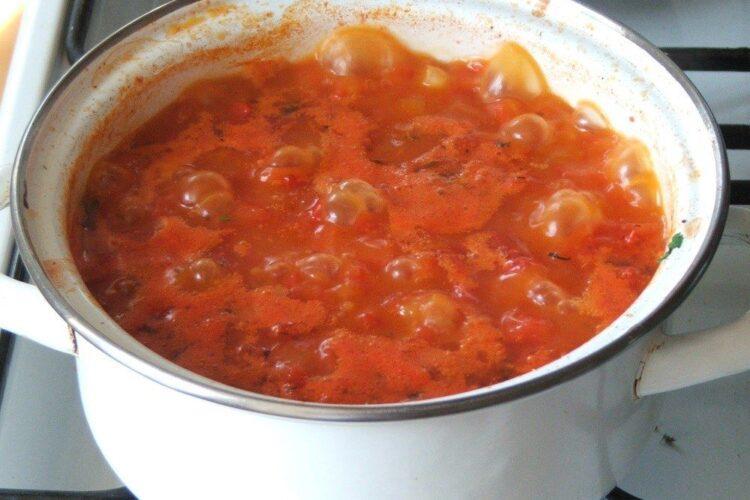 Pregatire sos de rosii pentru somon la cuptor cu cannelloni umplute cu ciuperci.