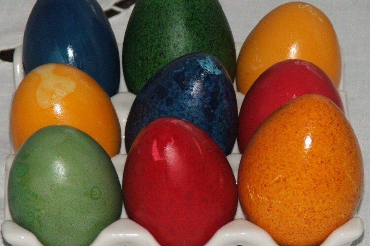 Oua de curca, rata si gaina vopsite in culori diferite.