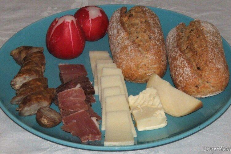 Ingrediente de trebuinta pentru mic dejun cu chifle umplute la cuptor.