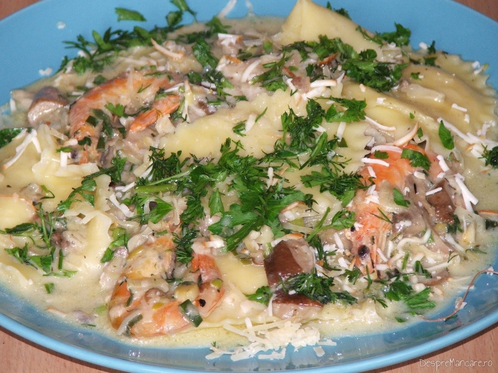 Paste Panzerotti umplute cu crab plus creveti in sos de praz, ciuperci si smantana.
