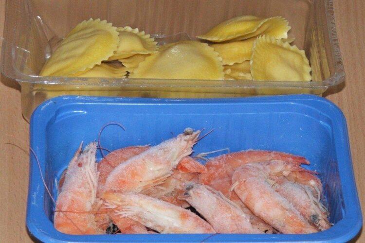 Ingrediente de trebuinta pentru paste Panzerotti umplute cu crab plus creveti in sos de praz, ciuperci si smantana.
