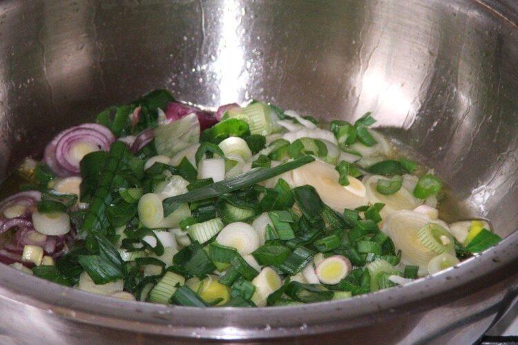 Calire ceapa, usturoi si praz pentru paste Panzerotti umplute cu crab plus creveti in sos de praz, ciuperci si smantana.