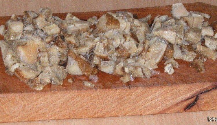 Tocarea marunta a ciupercilor inghetate pentru paste Panzerotti umplute cu crab plus creveti in sos de praz, ciuperci si smantana..