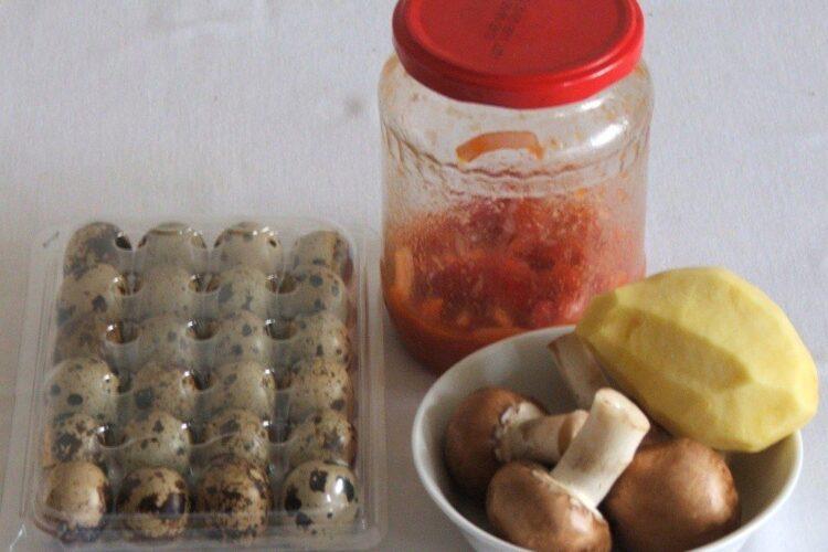 Ingrediente pentru supa crema de gaina cu ciuperci si oua de prepelita.