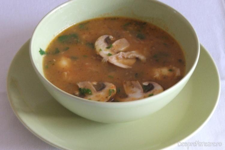 Supa crema de gaina cu ciuperci si oua de prepelita.