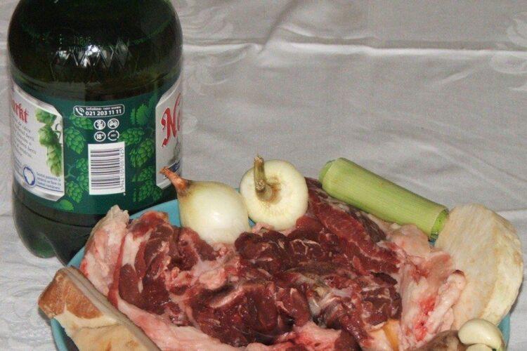 Ingrediente de trebuinta pentru gat de oaie cu carnati proaspeti in sos de bere, la cuptor.