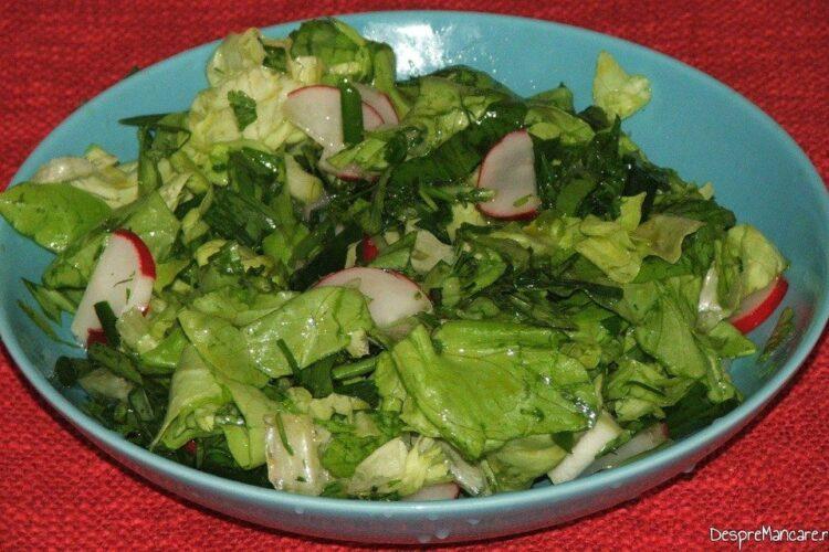 Salata de sezon servita la gat de oaie cu carnati proaspeti in sos de bere, la cuptor.
