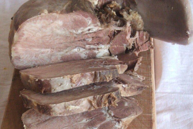 Limba de vitel, fiarta, curatata de pielite si portionata.