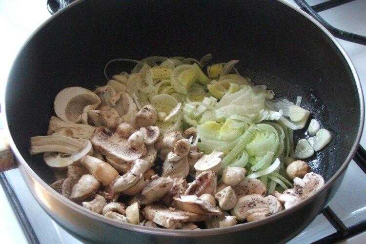 Calire ciuperci si praz in amestec de unt proaspat si ulei de masline.