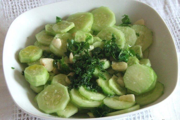 Salata de castraveti servita la limba fiarta de vitel, cu sos de ciuperci, praz si smantana.