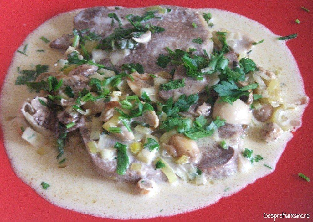 Limba fiarta de vitel, cu sos de ciuperci, praz si smantana - preparat gata pregatit.