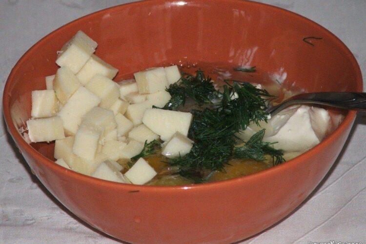 Oua de gaina, cascaval afumat, cuburi, marar verde, smantana grasa, lapte dulce care se bat cu furculita.