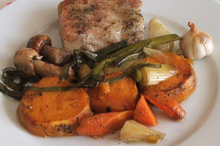 Coasta de porc cu legume, dovleac si ciuperci, la cuptor.