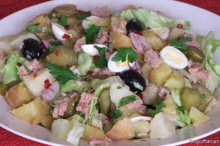 Salata orientala cu ton si oua de prepelita - preparatul este gata pentru a fi servit.