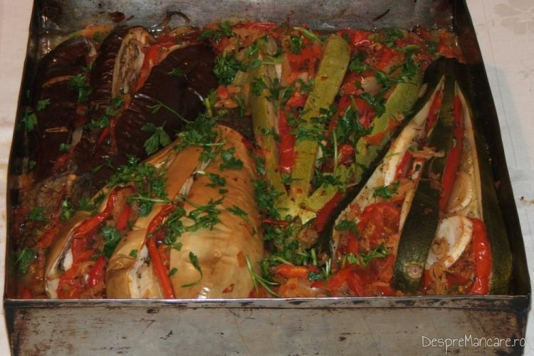 Vinete si dovlecei zimtate(i) cu legume, la cuptor - preparatul este gata.