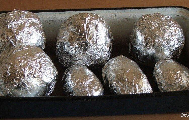 Cartofi si sfecla rosie, inveliti(e) in folie de staniol, pregatiti(e) pentru coacere.