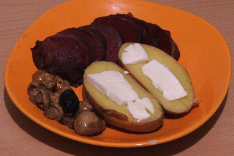 Cartofi copti cu unt sfecla si ciuperci - preparatul este gata de servit.