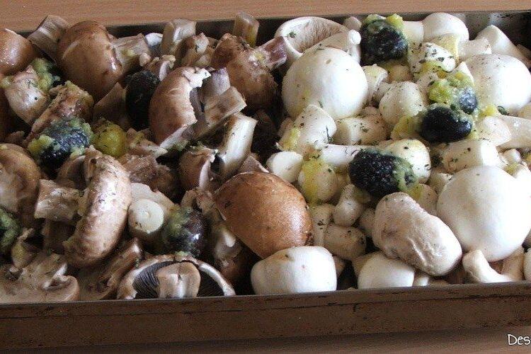 Ciuperci cu masline pregatite pentru coacere la cuptor.
