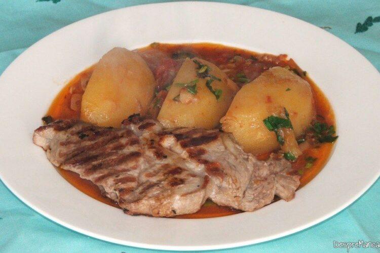 Mancare de cartofi cu ceafa de porc la gratar - preparatul este servit.