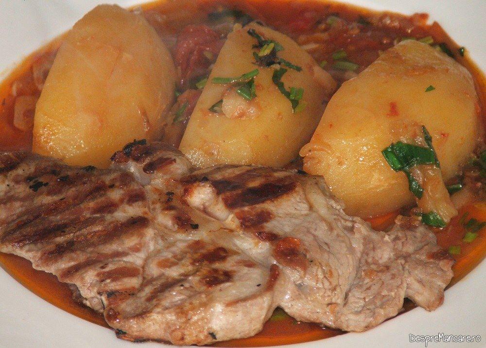 Mancare de cartofi cu ceafa de porc la gratar.