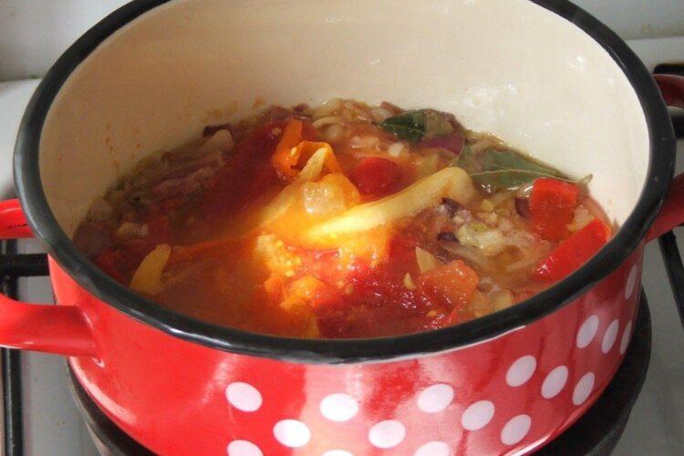 Amestec de ceapa calita, ardei, rosii si suc de rosii pentru mancare de cartofi cu ceafa de porc la gratar.