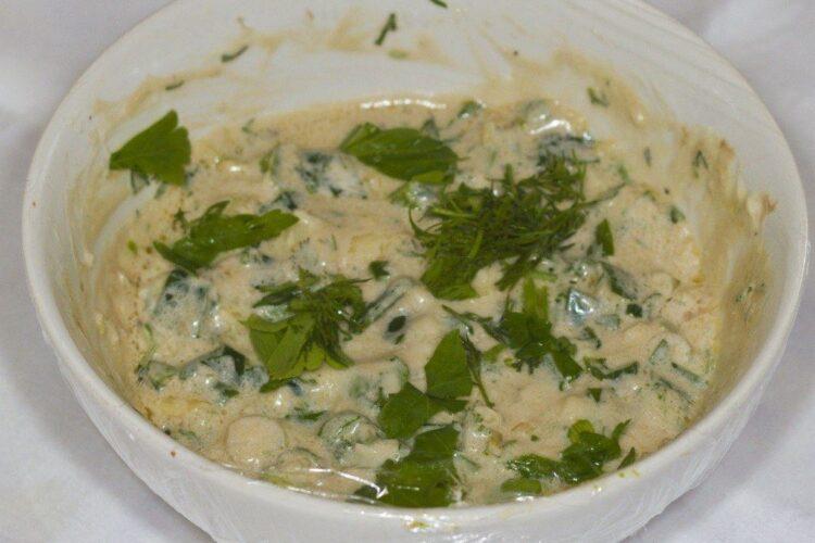 Mujdei de usturoi cu iaurt si otet balsamic pentru pastrama de oaie cu cartofi impanati, la gratar.