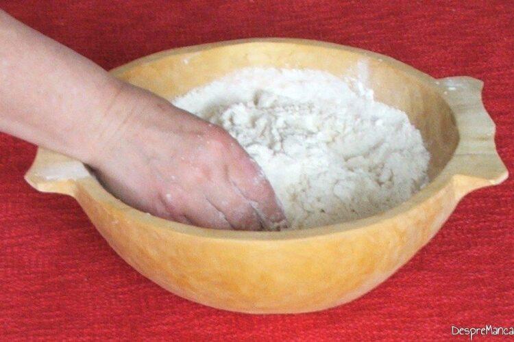 Amestecare unt cu faina de grau pentru paine de casa cu iaurt si praf de copt.