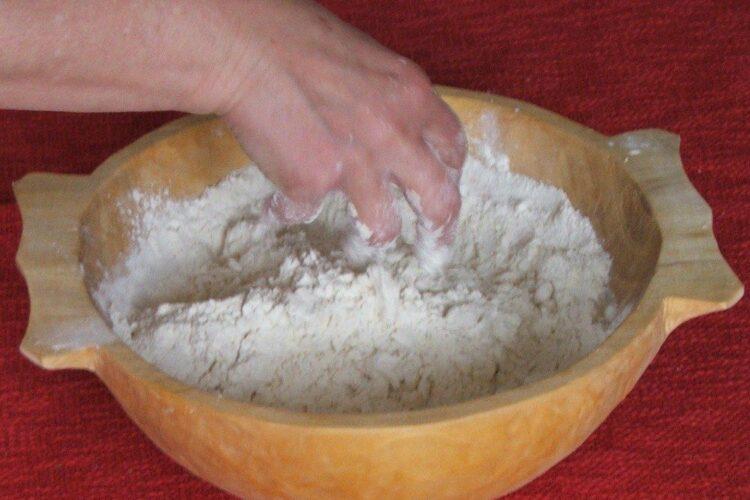 Amestecare faina cu unt pana ce cocoloasele se transforma in faramituri.