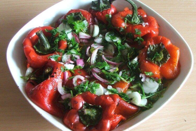 Salata de ardei copti servita la pastrama de oaie cu cartofi impanati, la gratar.